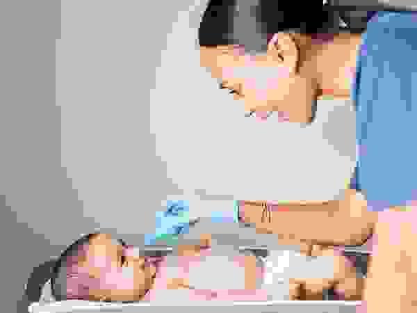 Cách sử dụng thuốc xịt mũi cho bé 1