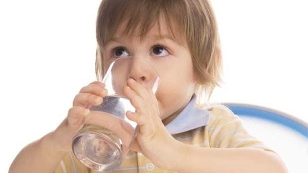 Cho trẻ uống nhiều nước 1