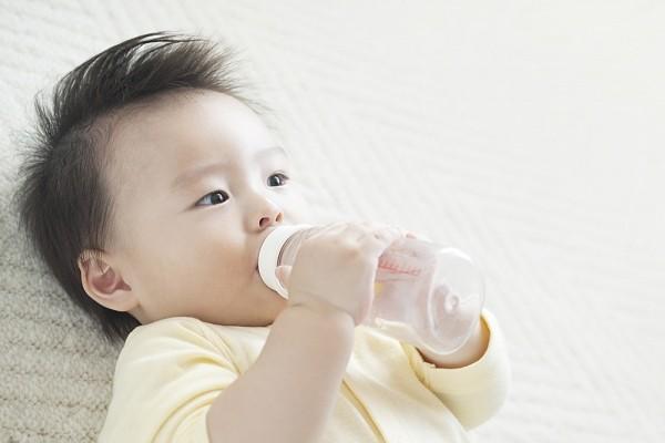 Bổ sung thêm nước cho bé 1